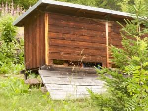 Bienenhaus an der Ache im Ötztal bei Zwieselstein. An der nicht sichtbaren Stirnwand steht ein Schild mit der Aufschrift ACA