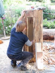 Aushöhlen eines Baumstammes für eine Beute