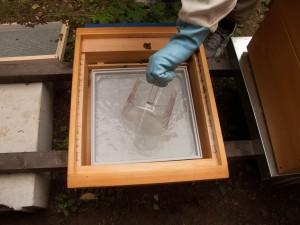Einfüllen der Ameisensäure in die Bodenwanne
