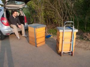 Beuten, ca 50 bis 60 Kg schwer, vor dem Einladen in den Kofferraum