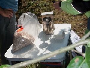 Völkerkontrolle durch die Neu-Imkergruppe: Niemals zu den Bienen ohne Rauch!