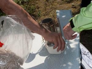 Völkerkontrolle durch die Neu-Imkergruppe: Vorbereitungen zum Rauchen mit dem Smoker