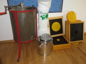 Vorbereitungen Honigernte 2015. Von links nach rechts: Honigschleuder, Metall- und Kunststoffeimer, Doppelsieb, Bienenfluchten
