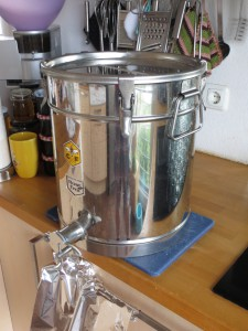 Honiggefäß mit Auslaufstutzen zum Abfüllen. Knapp 30 Kg Honig warten ...