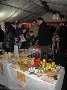 Weihnachtsmarkt 2015 auf dem Riedberg. Matthias Adler am Stand der Riedberg-Imker und des Frankfurter Imkervereins