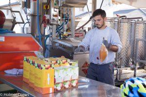 Abfüllen des fertigen Apfelsafts